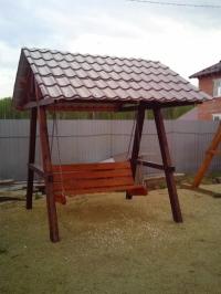 Качели с двухскатной крышей